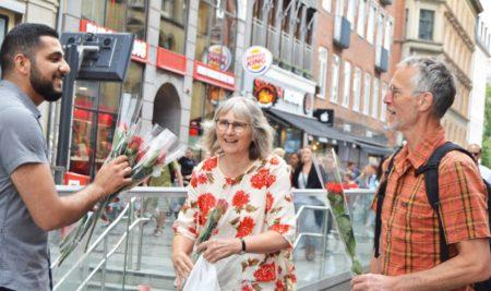 3.000 roser uddelt af fastende muslimer